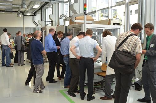 In der anschließenden Laborführung präsentierten die Mitarbeiter des Lehrstuhl FAPS die Anlagentechnik des MID-Applikationszentrums MIDAZ